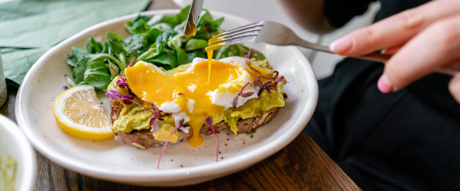 most digestible proteins: eating eggs on avocado toast